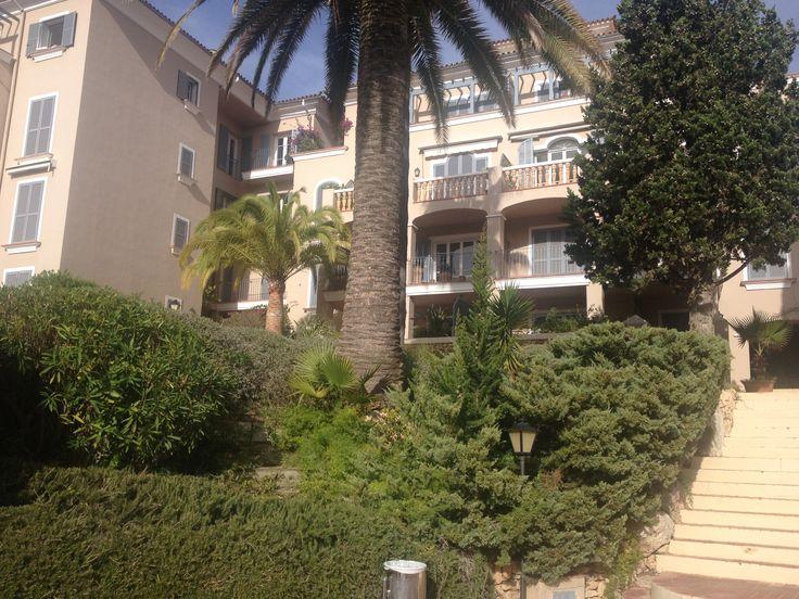 Продается квартира в Испании на острове Майорка, которая расположена возле поля для гольфа. Рядом с домом два больших открытых бассейна и один крытый бассейн с подогревом, фитнес-центр,  спа-салон. Квартира пентхаус , качественно меблирована, площадью 120 м2, расположена на четвертом  этаже, с двумя спальными комнатами, просторной гостиной с кухней, элегантной  ванной комнатой, террасой и балконом.  В стоимость входит так же складское помещение и место в подземном паркинге. Цена € 650 000