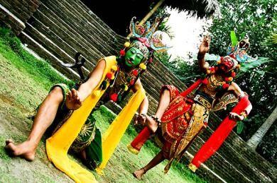 Tari Topeng tumbuh dan berkembang sejak abad 10 –11 M. Pada masa pemerintahan Raja Jenggala di Jawa Timur yaitu Prabu Panji Dewa. Melalui seniman jalanan ( pengamen ) Seni Tari Topeng masuk ke Cirebon dan kemudian mengalami perpaduan dengan kesenian rakyat setempat.