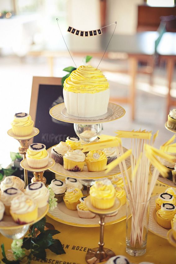 We love Wouter & Renske's wedding cakes ('kupkeeks')!