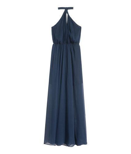 Mörkblå. En lång halterneckklänning i krinklad chiffong. Klänningen är omlottlagd fram och knäpps med hake och hyska i nacken. Bar rygg med resår upptill.