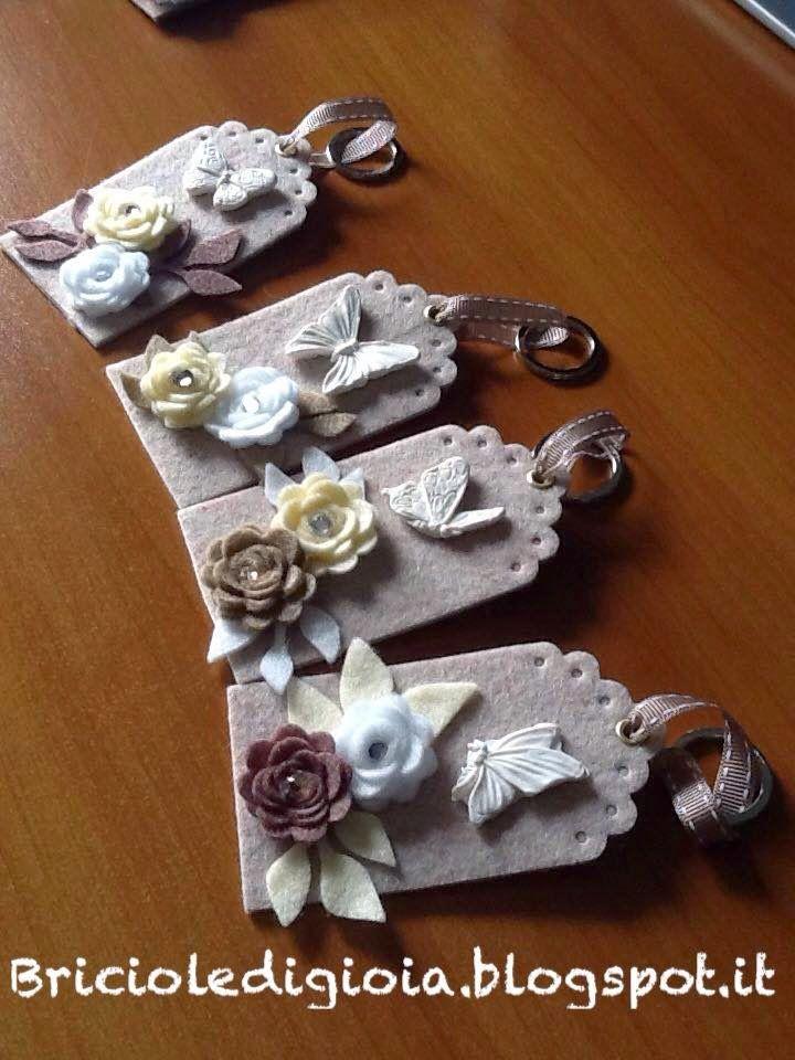 Ciao mondo!! Ecco un'altra idea regalo per le feste che si avvicinano...  Ho realizzato questi porta chiavi fustellando del feltro rigido e ...