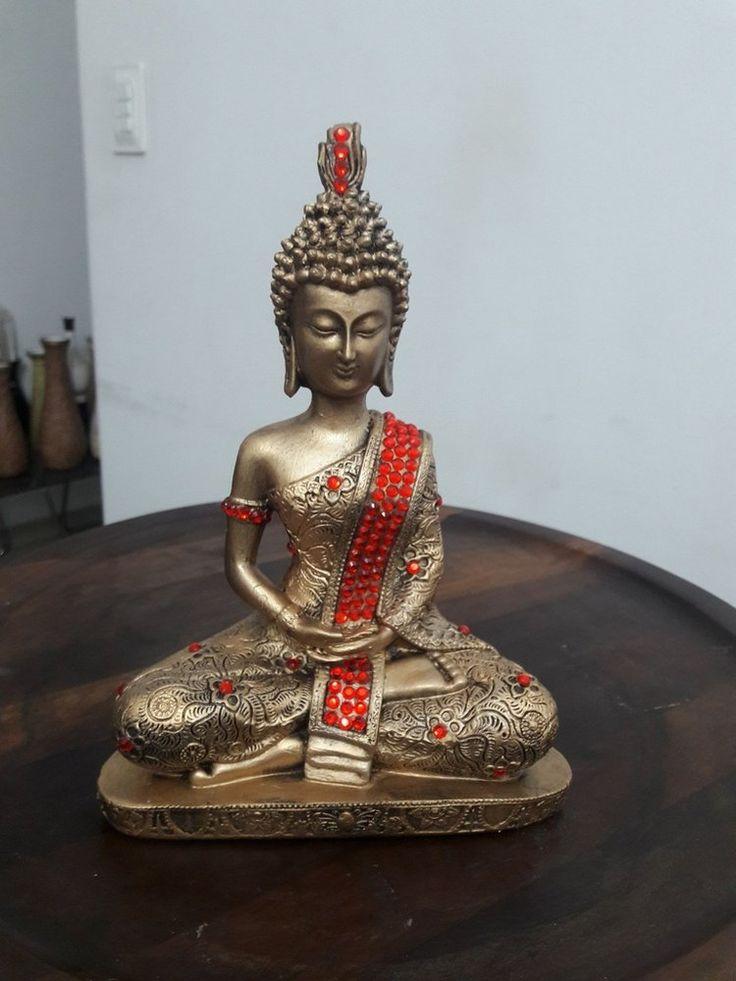 Buda tibetano dourado com o manto vermelho