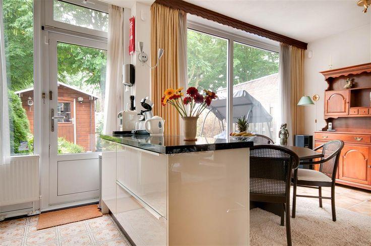 Te koop: Vervoorenstraat 21, Amsterdam - Hoekstra en van Eck - Méér makelaar - Ben jij op zoek naar een leuke gezinswoning in een kindvriendelijke buurt waar je zo in kan? Zoek dan niet verder en kom eens kijken bij deze keurige onderhouden 4-kamer hoekwoning met een woonoppervlak van 90 m² en een zonnige tuin op het zuiden.  De woning is gelegen in een rustige straat in het stadsdeel Geuzenveld/Slotermeer. De wijk is kindvriendelijk en groen van opzet met diverse plantsoentjes en…