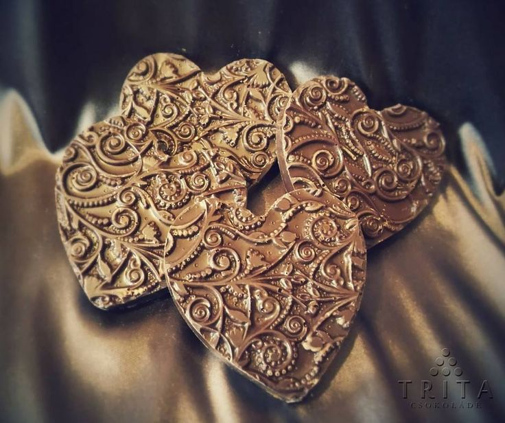 Étcsokoládé szívek, amikben mazsolák bújtak meg. Dark chocolate hearts which were hiding raisins.
