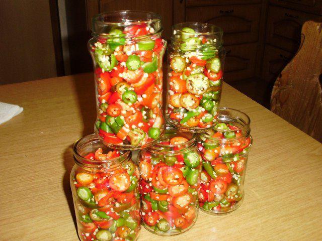 Das perfekte eingelegte Peperoni-Rezept mit Bild und einfacher Schritt-für-Schritt-Anleitung: Die Peperoni vom Strauch schneiden oder beim Gemüsehändler…