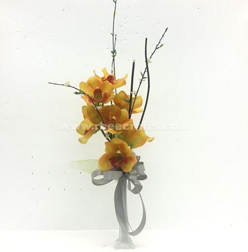 Centro de mesa color plata con orquídeas artificiales en un florero de vidrio para boda de RBee Crafts.
