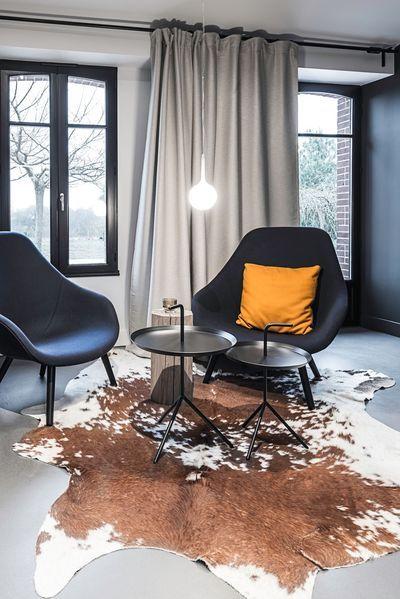 Un fumoir ou boudoir pour s'assoir et refaire le monde, à la fois moderne et sauvage. Plus de photos sur Côté Maison http://petitlien.fr/83en