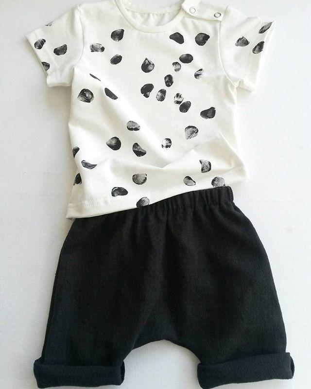 Super leuk setje! De short is gemaakt van zwart linnen, en zit echt heerlijk! Shirt je komt tot en met maat 68 met drukknopen op de schouder.  Wat een regen buiten...Hoop morgen wat beter weer