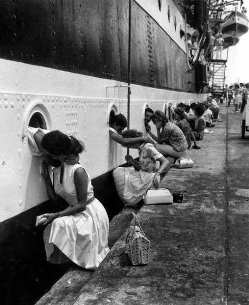 """Départ de l""""Amerigo Vespucci"""" en 1963.  Baisers d'adieu et tristesse."""