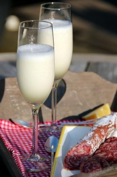 Bekijk de foto van Marga Nijhuis met als titel Heerlijk drankje..............Scroppino. Zet de champagneglazen even in de vriezer. Klop 1 liter citroensorbetijs met een flinke scheut Limoncello met de staafmixer tot het romig is. Klop dan 1 fles ijskoude Prosecco erdoor tot je een mooie schuimige massa hebt, schenk in de koude glazen en serveer direct. Proost! en andere inspirerende plaatjes op Welke.nl.