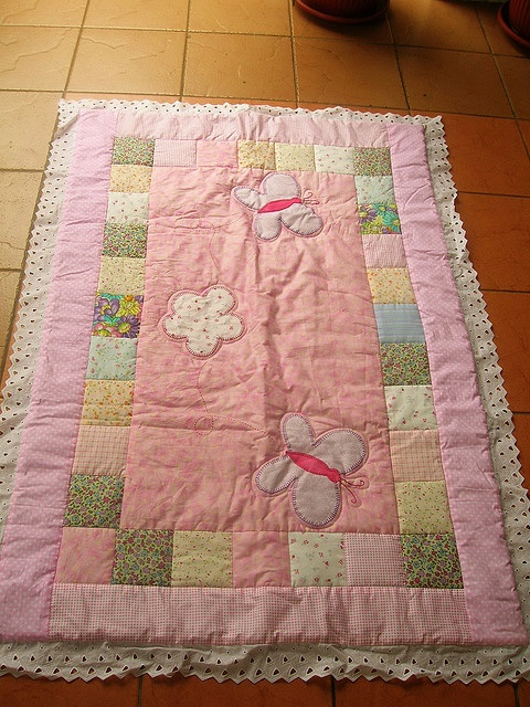 Patchwork Butterfly-pink2    130 x90 cm toddler blanket.  100% cotton. Polyester filling  Quilt by mechine. Aplique by hand embroidery