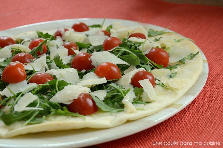 Pizza blanche: mozzarella di buffala, huile de truffe, roquette, tomates cerises, copeaux de parmesan {végétarien}