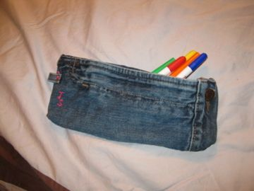 DIY pencil case from upcycled jeans.