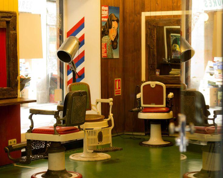 Coiffeur pour hommes - Vieille, d'autrefois, coloris, rouge, vert, jaune, Barcelona, vieilles chaises, coupez vos cheveux by kpicts on Etsy
