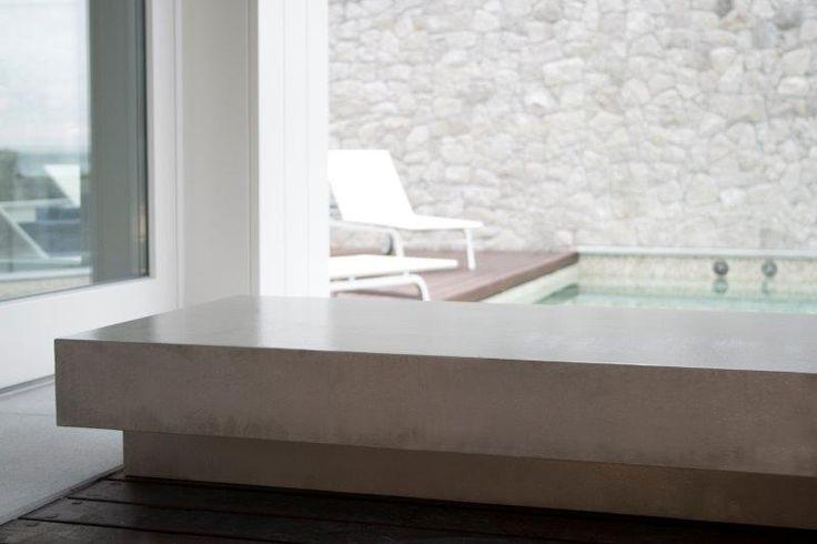 Panca in una lussuosa villa di Sistiana (TS). Tutto l'aspetto materico del cemento, ma con una leggerezza unica! Costruita in legno vuoto è stata rivestita interamente in #Microtopping Silver grey. #luxuryhomes #interiordesign #concrete www.idealwork.it