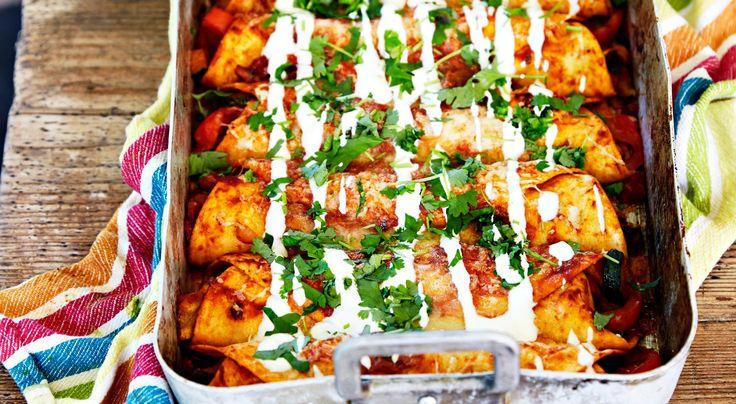 Recept på enchiladas med kyckling. Fyllda enchiladas är praktisk vardagsmat som passar både stora och små. Dubbla satsen och bjud in grannarna.