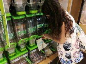 """Usor usor, am renuntat la plasticul de unica folosinta si am inceput sa refolosesc pungile pe care le duceam la reciclat pe masura ce se rupeau.  In paralel m-am apucat de o mini colectie de sacosi textile 😳😀. Iar in septembrie am aplicat si solutia impotriva pungilor de plastic pentru produse: saculetii textili. De ce am ales sa fac asta? Agerpres prezinta cateva cifre legate de poluarea cu plastic: """"pana in 2015, oamenii au produs 8,3 miliarde de tone de plastic brut (..).Din totalul…"""