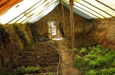 construire une serre souterraine pour cultiver toute l. Black Bedroom Furniture Sets. Home Design Ideas