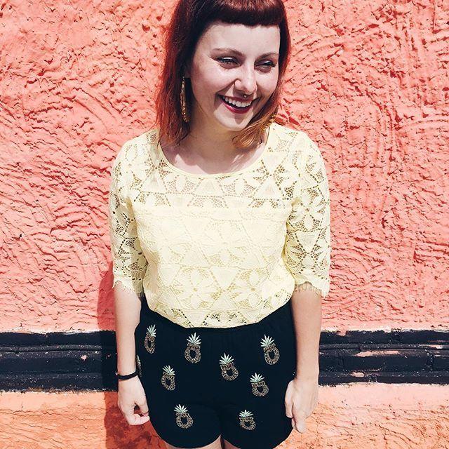 Dernière heure à Bali avant de décoller ✈️ J'ai passé un moment fantastique à Bali, un article sera en ligne dès que possible sur le blog. 😁🙏🏼 Sur cette photo je porte cette jolie blouse jaune en dentelle de chez @grain_de_malice 🐤