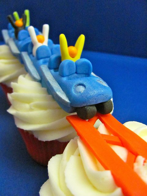 Roller Coaster Cupcakes.... perfect for any die-hard roller coaster fan :)
