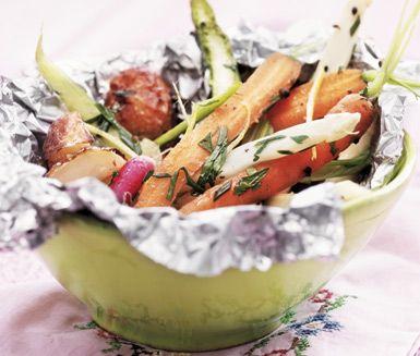 Dina första späda rotfrukter är helt underbart goda att tillaga i ett foliepaket med mumsigt örtsmör. Den härliga primörsalladen med grönsaker och potatis är ett perfekt tillbehör som kommer bli mycket uppskattat!