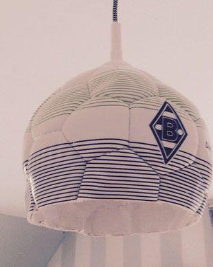 Mit der IKEA Lampenfassung SEKOND kannst du aus einem alten Fußball eine tolle Lampe für das Kinderzimmer basteln. Perfekt passt dieser IKEA HACK in ein Mottozimmer bzw. Fußballzimmer. Wir finden diese Idee ist einfach toll für ein Jungenzimmer / Mädchenzimmer denn schließlich darf heute jeder Fußballfan sein. Soccer kids room decoration www.limmaland.com