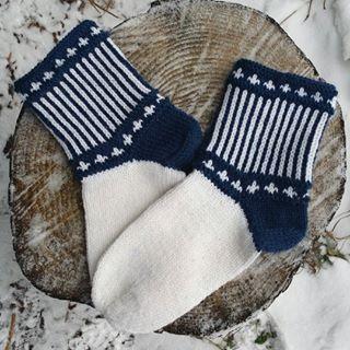 """Jeg spurte min yngste datter om hun ønsket seg nye votter men hun ville mye heller ha """"læsta"""" så det fikk hun  #læsta#sokker#socks#strikking  ... - Lill-kristin Isaksen (@lillkisaksen)"""