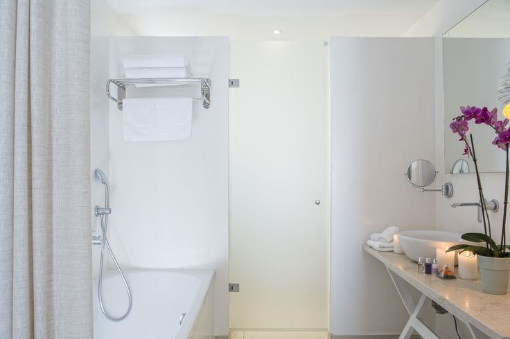 Luxury en-suite rooms, all with elegantly and efficiently designed tubs and showers! #MyconianAmbassador #Accommodation #Lifestyle #Relaxation