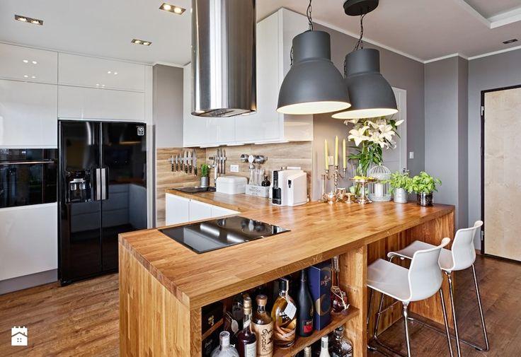 Wystrój wnętrz - Otwarta kuchnia z drewnianym blatem - pomysły na aranżacje…