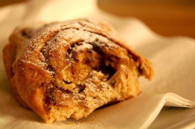 Kardemom had ik bij de Turkse supermarkt gekocht omdat het - lekker praktisch - zo'n mooie naam heeft. Gelukkig kwam ik in 'Brood' van Linda Collister (wat een fijn kookboek is dat) dit recept tegen voor vetebrod. Het is een zoet brood uit Zweden, dat je bij de koffie kunt opeten. Wat mij betreft kan het ook bij de thee, bij het toetje of als ontbijt. Of midden in de nacht, als je trek krijgt.