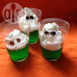 Ein super schnelles Desser für Halloween ist der Geister Wackelpudding. Rote Götterspeise sieht auch witzig aus @ de.allrecipes.com
