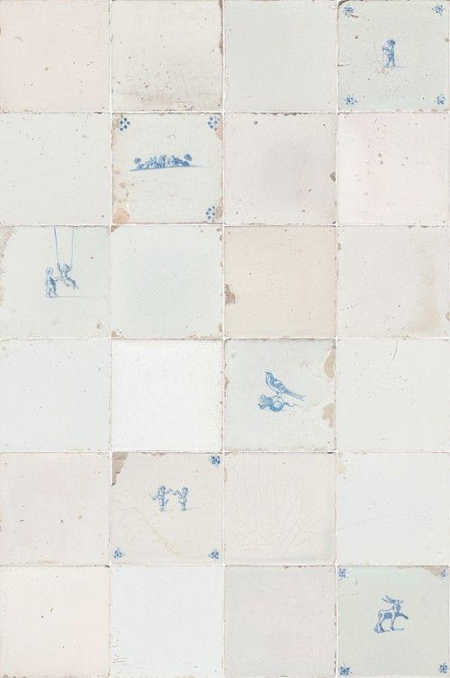 Tegeltjes - Met water afneembaar vliesbehang met een decor van antieke tegeltjes in een uitgebalanceerde mix van geleefde Friese witjes en oud Hollandse blauwe tegeltjes. Pittoreske boerenlandschapjes, kinderspelen, vogels en boerderijdieren spreken tot de verbeelding. Afmetingen: 6 m hoog x 48,5 cm breed. Het patroon herhaalt zich na 3 meter