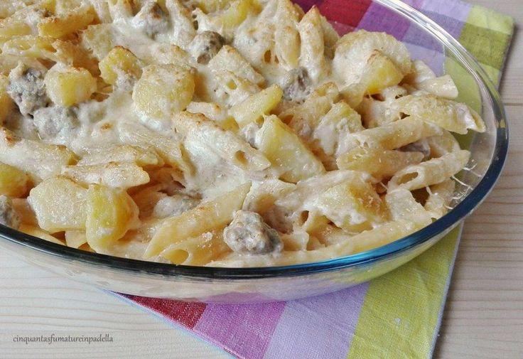 penne al forno con patate salsiccia e scamorza