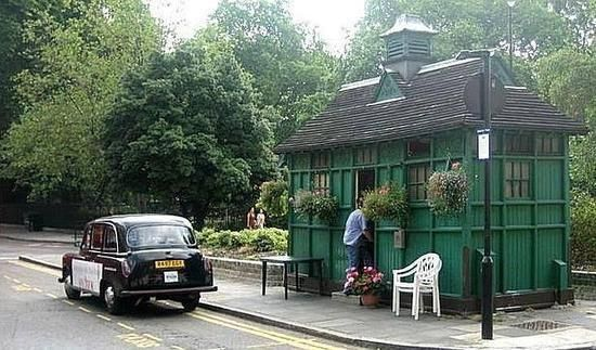 En antiguos urinarios públicos o rodeados de gatos, estos son algunos de los lugares más originales para relajarse y charlar en la capital británica