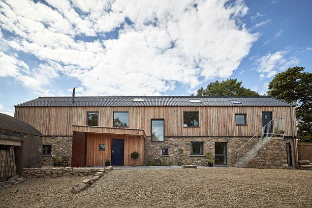 Architect builds stunning £245,000 four-bedroom 'shed' - cetusnews