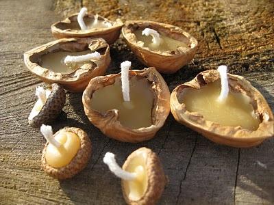 Drijfkaarsjes voor Maria Lichtmis, gemaakt met notendoppen en bijenwas.