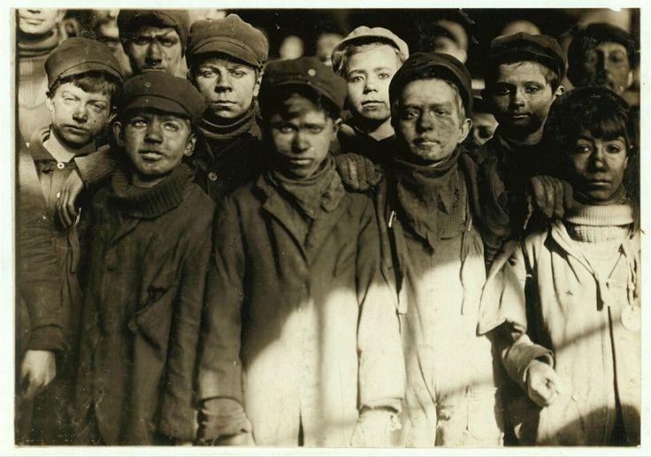 Sono immagini d'epoca che documentano la vita dei bambini americani dal 1908 al 1924, e in particolare di quelli impegnati in lavori anche molto duri. Il fotografo Lewis Hine (1874-1940) ha attraversato tutti gli Stati Uniti per conto del Comitato nazionale per il lavoro minorile (Nclc) scattando fo