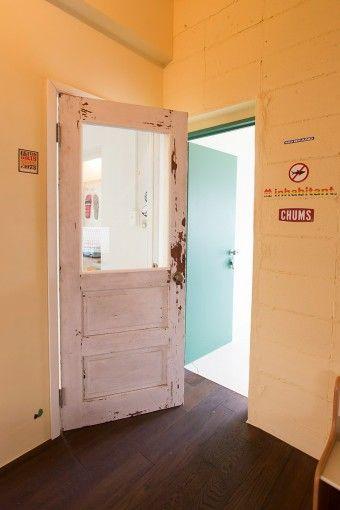 後からドアをつけたので、ステッカーの上にドアの枠を取り付けてしまったのだそう。ドアを閉めるとわかる間違い探しが楽しい。                                                                                                                                                                                 もっと見る