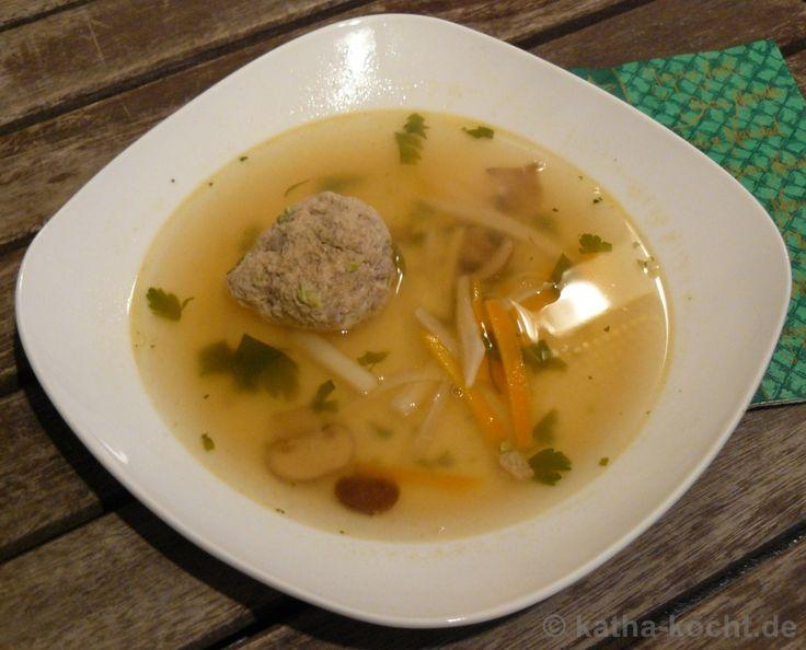 Klare Gemüsesuppe mit Kalbs-Pistazien-Klößchen - katha-kocht!