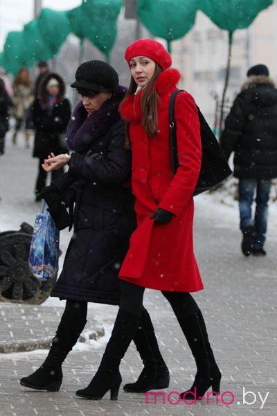 Уличная мода в Гомеле. Январь 2013 (наряды и образы на фото: красное пальто, красный берет, чёрные перчатки, чёрные сапоги)