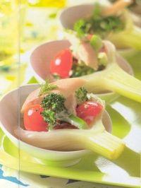 Venkel met tomaat, broccoli en forel ; Ingrediënten voor 8 hapjes:  100 gram broccoliroosjes   150 gram kers/cherrytomaatjes   2 venkelknollen   100 gram gerookte forelfilet   2 eetlepels fijngehakte peterselie   2 eetlepels mayonaise     Bereiding:  Snijd de broccoli in piepkleine roosjes. Verwijder de stelen. Halveer de tomaatjes. Snijd het groen van de venkelknollen dat als garnering wordt gebruikt. Snijd de forelfilet in smalle reepjes.   Kook de broccoli roosjes 4 minuten en laat ze…