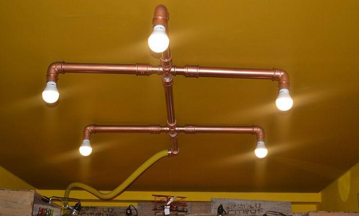 Luminária de teto feira com cano de PVC. Clique e leia na íntegra.