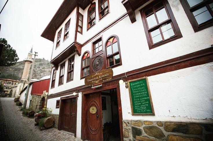 Bu haftasonu istikamet Mudurnu, Bolu. Mudurnu, eski Türk evleri bakımından önemli bir özelliğe sahip. Yeşilin hakim olduğu ilçede bulunan 165 adet ev ve 8 cami, çeşme ve hamam olmak üzere toplam 173 adet mimari değeri yüksek yapılar mevcut. Tekkeliler Konağı da bu mimari değerleri taşıyan en özel konaklardan biri... Çevrede gezilecek yerler ise başta #yedigöller ve #abant  🏠 www.kucukoteller.com.tr/tekkeliler-konagi 🌿 Fiyat 215 TL / %10 extra @kucukoteller indirimi var. 0216 414 80 10 📌 .