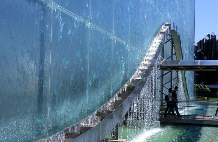 Le mur d'eau dans le pavillon de la Vienne...un spectacle interminable avec de l'eau qi coule...pour enfin accéder au simulateur.!