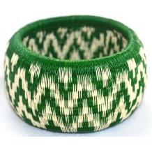 Nuevas pulseras para el verano en nuestra web. Están hechas por artesanos que originariamente vivían en la selva y que actualmente la guerrilla colombiana les ha obligados a desplazarse a Bogotá. www.laibajan.es