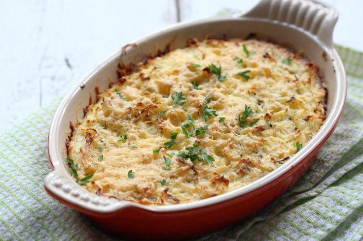 Zoals jullie wel weten zijn wij dol op ovenschotels! Maar we hebben gemerkt dat jullie ook gek zijn op ovenschotels en daarom vandaag weer een lekker en simpel ovenschotel recept. Deze keer hebben we een rösti-ovenschotel met gehakt gemaakt. Lekker en simpel te bereiden! Voeg vooral extra groenten toe aan deze ovenschotel. Tip: kook eventueel...Lees Meer »