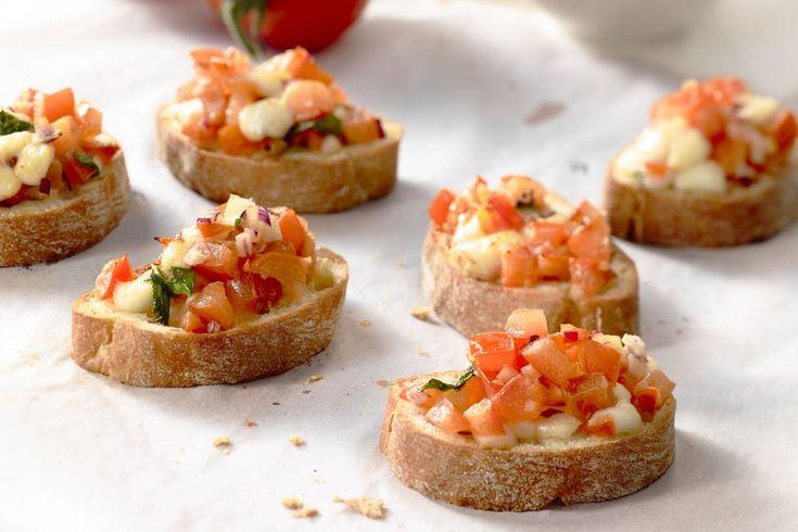 Een eenvoudig maar toch zo fris en smaakvol hapje: bruschetta met tomaat en mozzarella. Laat de mozzarella mooi smelten voor extra smaak!