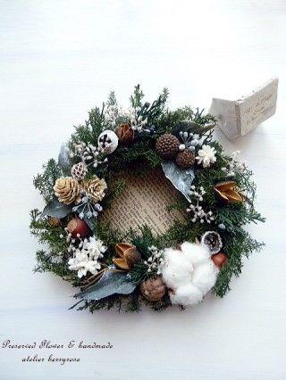 プリザーブドフラワーの針葉樹の葉を用いた、森をイメージしたナチュラルクリスマスリースです。   針葉樹の葉をはじめ、マウンテンジュニパーの葉や実、アイビーの...|ハンドメイド、手作り、手仕事品の通販・販売・購入ならCreema。