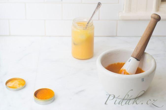 Kurkuma má tendenci znečistit vše, co přijde do styku, takže buďte opatrní. kurkuma má várazné protizánětlivé účinky. POTŘEBNÉ PŘÍSADY: 1/3 šálku / 80ml dobrý, kvalitní surový med 2 1/2 lžičky sušené kurkuma citron čerstvě mletý černý pepř POSTUP PŘÍPRAVY: Smícháme kurkumu s medem, až se vytvoří pasta.