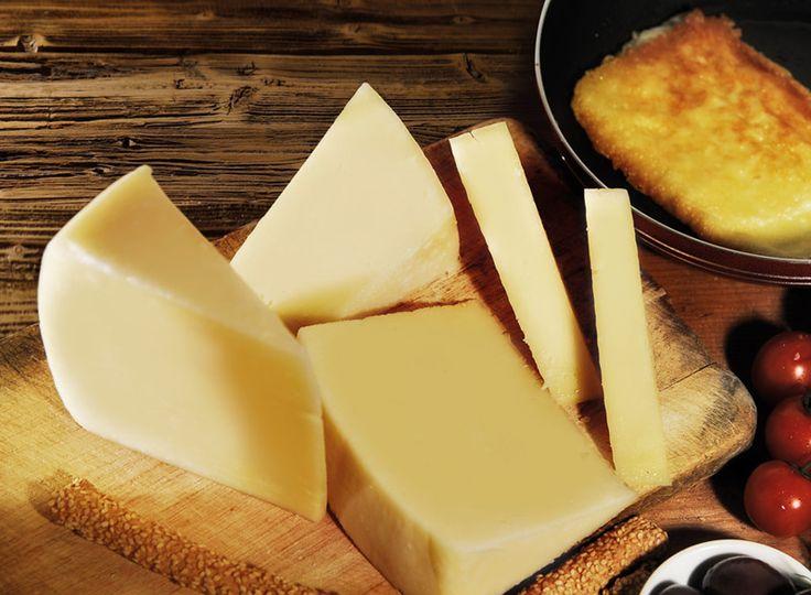 Το ΠΟΠ Κασέρι Μυτιλήνης παρασκευάζεται αποκλειστικά από πρόβειο ή αιγοπρόβειο γάλα. Χάρη στη χλωρίδα του νησιού, τις φυλές των ζώων και την παραδοσιακή παρασκευή του έχει ιδιαίτερα νόστιμη βουτυράτη γεύση, μαστιχωτή υφή και άρωμα πρόβειου γάλακτος.